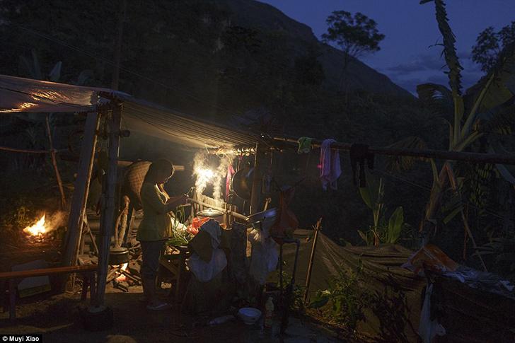 Будущая мать Сяо Цзе готовит ужин во дворе дома родителей мужа.