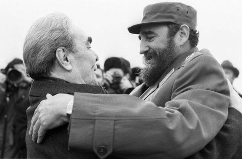 В 1974 году впервые летевший в СССР кубинский лидер уже знал о ритуале генсека целовать гостей при в