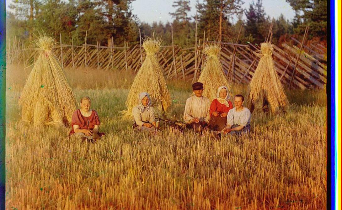 Малороссийская крестьянка позирует фотографу.