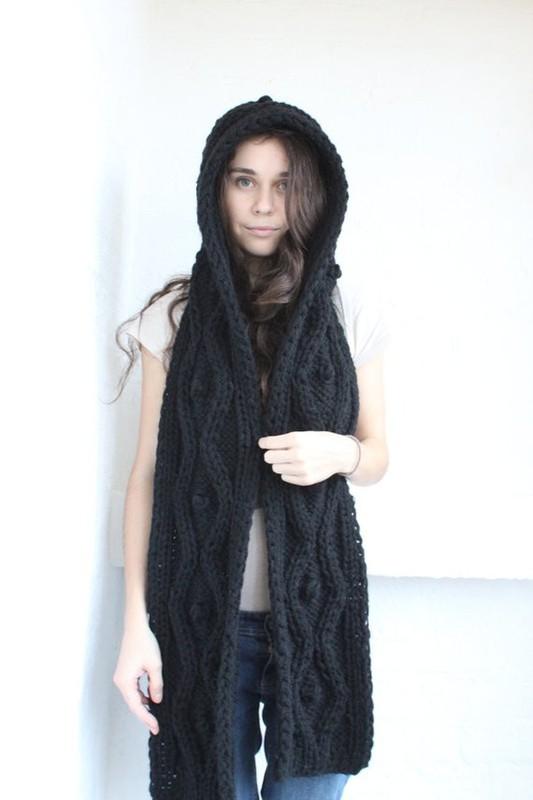 11. В лютые морозы не обойтись без длинного вязаного шарфа с капюшоном.
