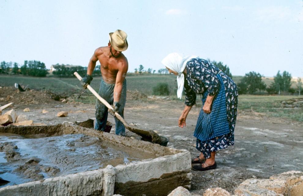 Комсомольцы строят дом из ракушечника в колхозе имени С.М. Буденного. Среди 45 студентов были всего