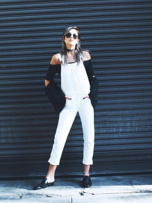 Чтобы актуальный джинсовый комбинезон несмотрелся слишком расслабленно, носи его смодной блузо