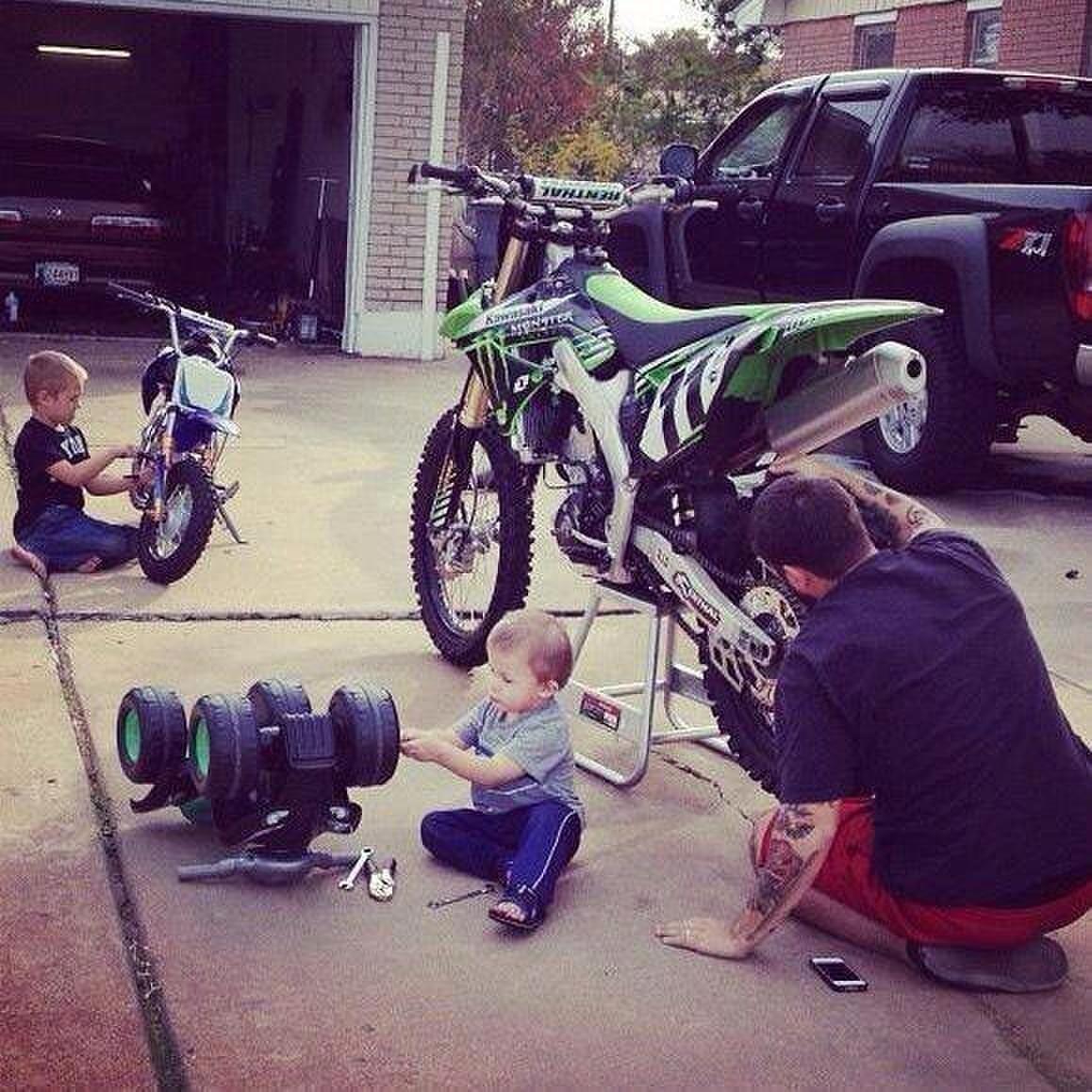 Ещё немного подрастёт и точно отберёт у папы мотоцикл .
