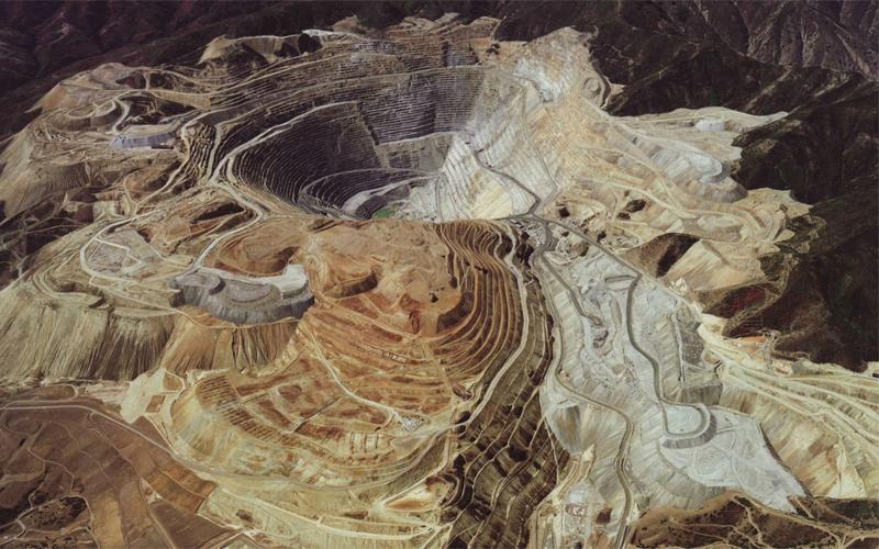 Здесь, совсем недалеко от Йоханнесбурга, идет круглосуточная добыча золота. Головная компания-владел