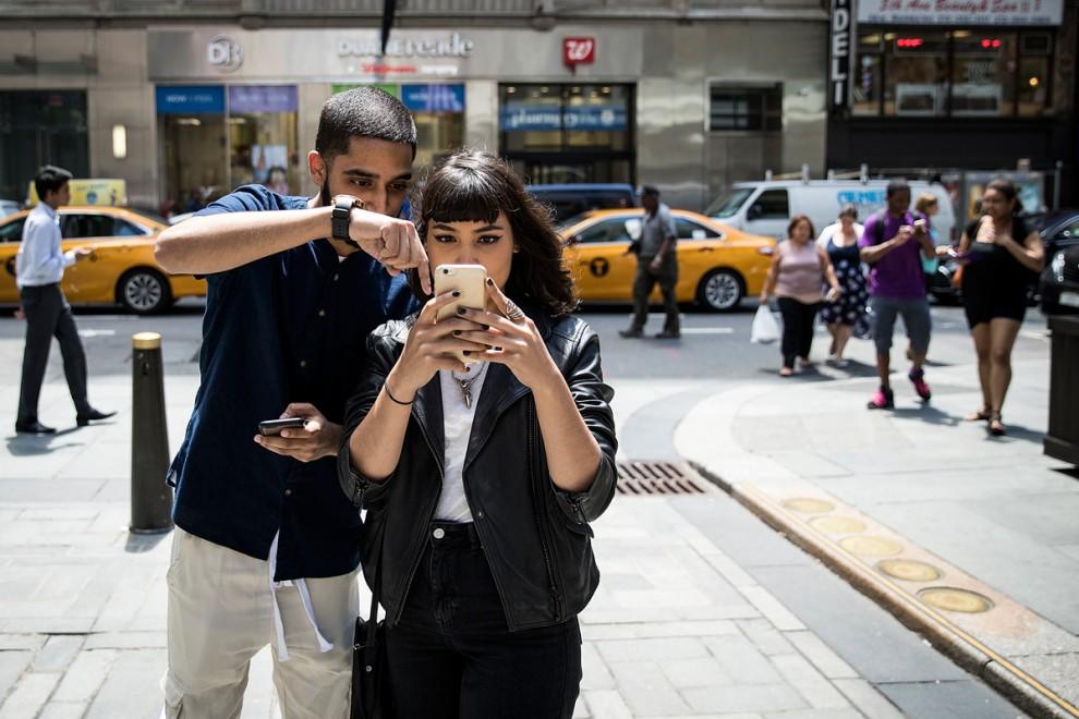 Игра дополненной реальности Pokemon Go на экране смартфона в городе Палм-Спрингс, штат Калифорния, С