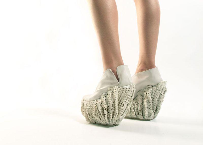 2. И тогда девушке пришло в голову создать модные туфли из фарфора и резины.