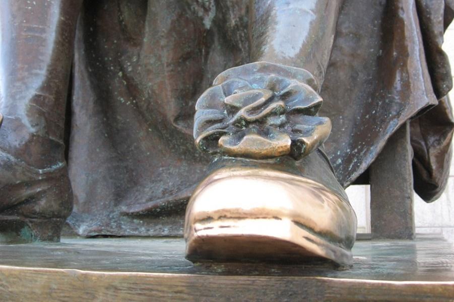 Джон Гарвард и статуя Тройной Лжи, а также дом Пуха