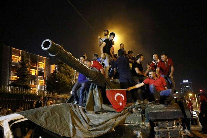 Турецкие власти приняли решение закрыть неменее ста газет и телевизионных каналов