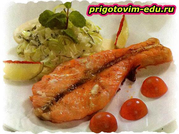 Жареный лосось под огуречным соусом