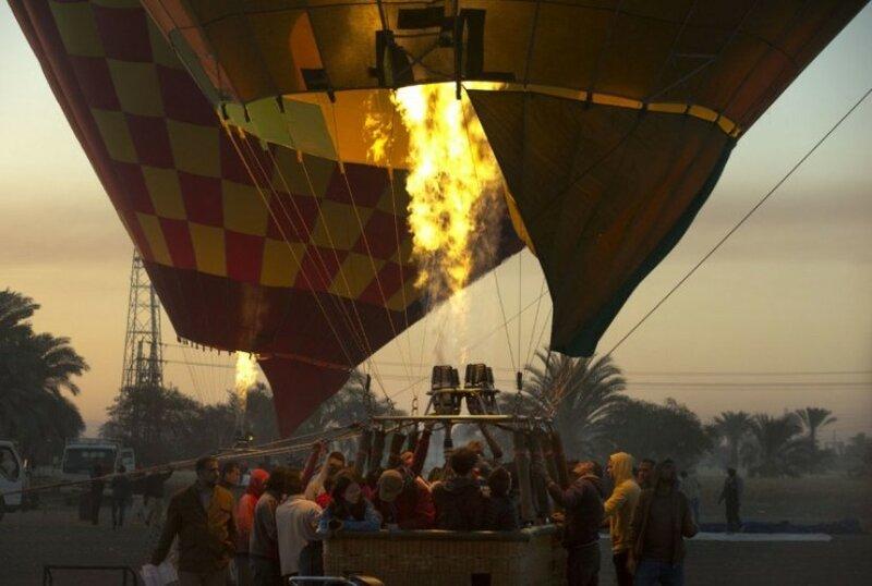 Воздушный шар готовится взлетать на западном берегу реки Нил в Луксоре, Египет.