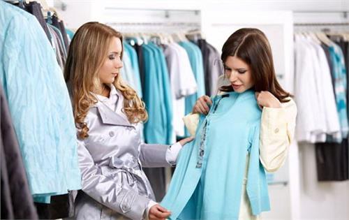 женщины выбирают одежду по цвету