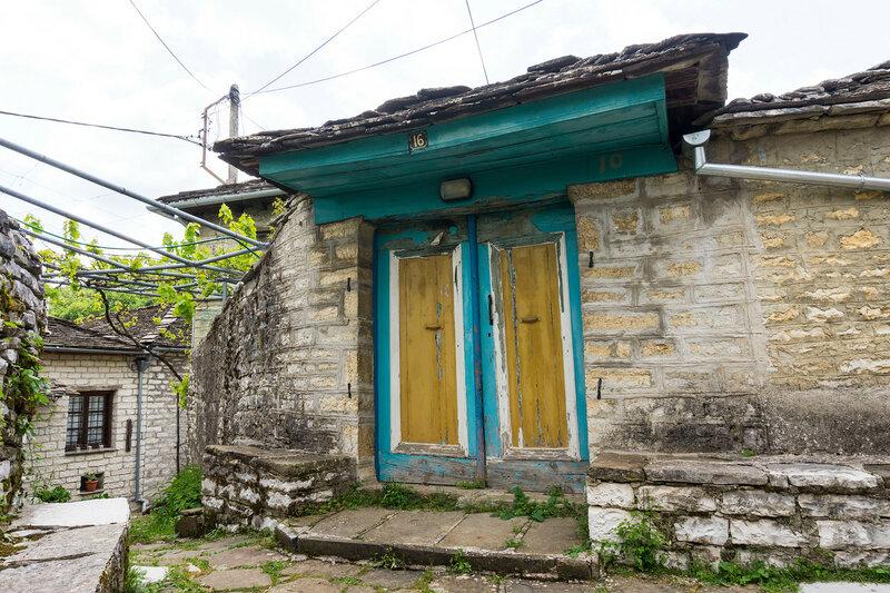 деревянная дверь в старинной деревне Дилофо (Dilofo), Загория, Греция
