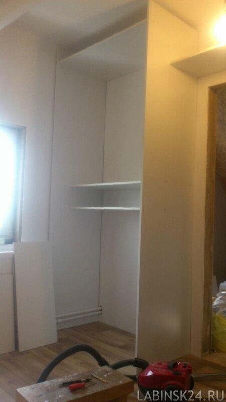 Второй шкаф в гардеробной во время сборки