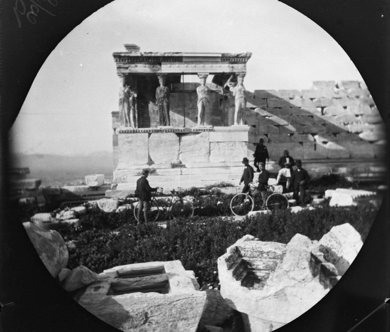 Уильям Захтлебен, Томас Ален, охранник Акрополя и трое других возле портика с кариатидами Эрехтейона