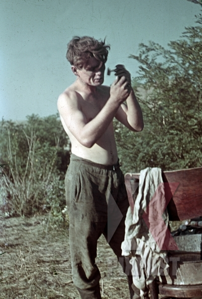 stock-photo-panzer-soldier-shaving-in-ukrainian-village-krim-kretsch-1942-22-panzer-division-11695.jpg