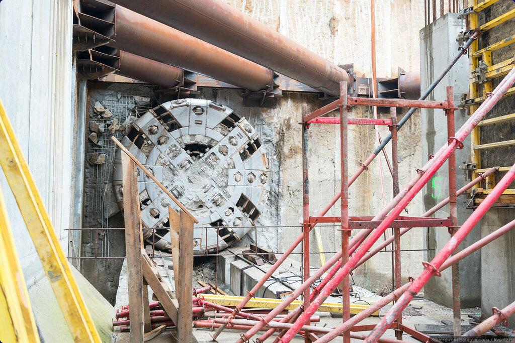 За южным вестибюлем пряцется вышедший из тоннеля проходческий щит