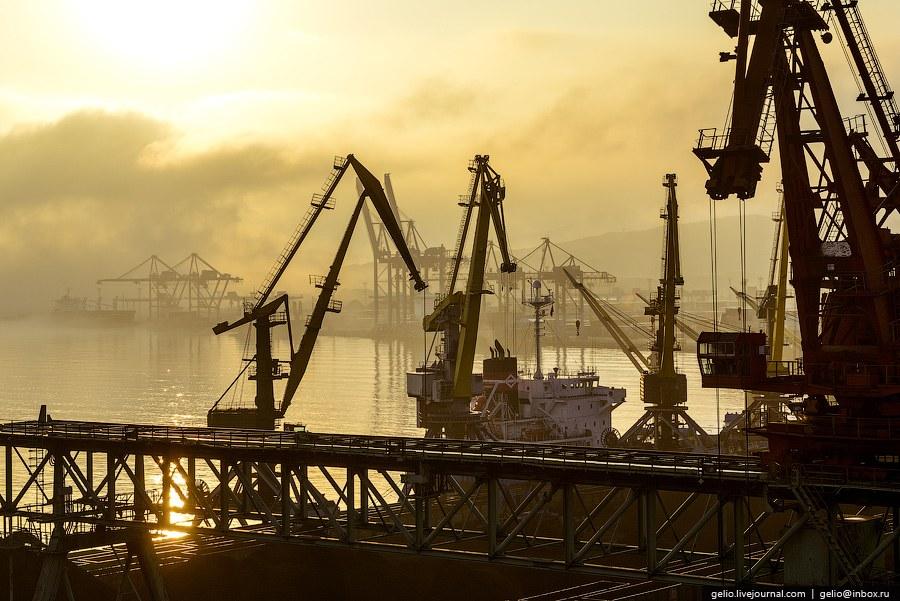 Контейнерный терминал ЗАО «ВМКС» . Контейнерный терминал — один из крупнейших в России специали