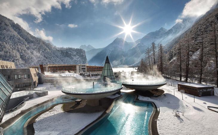 1. Начнем с отеля Kulm в живописном городе Сент-Мориц, Швейцария, где находится открытый бассей