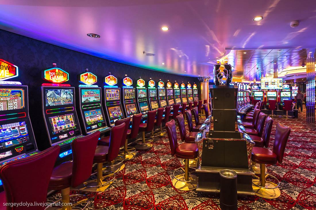 На борту Гармонии Морей 20 ресторанов. Основной из них занимает три этажа, именно там проходят ежедн