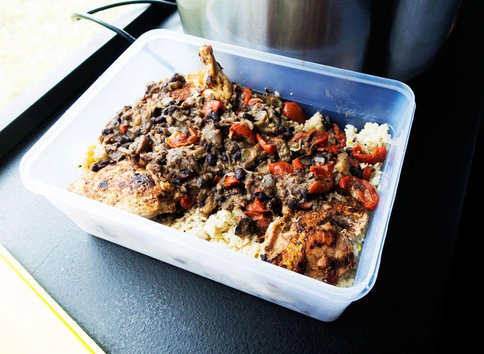 Еду разложат по маленьким плошкам, из которых гонщики будут есть в машине по дороге от финиша в отел
