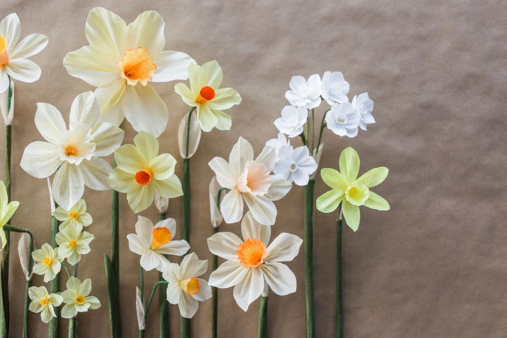 Автор изготавливает цветы из креповой бумаги.