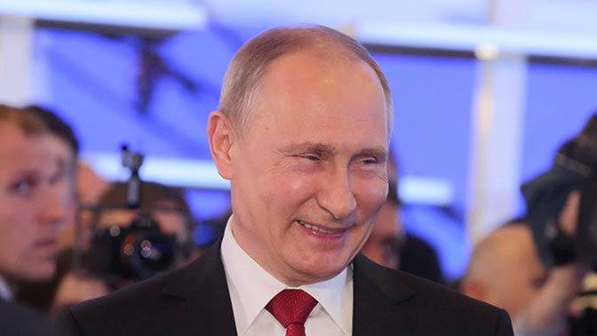 Путин посмеялся над подарком Оливера Стоуна ввиде пустой коробки