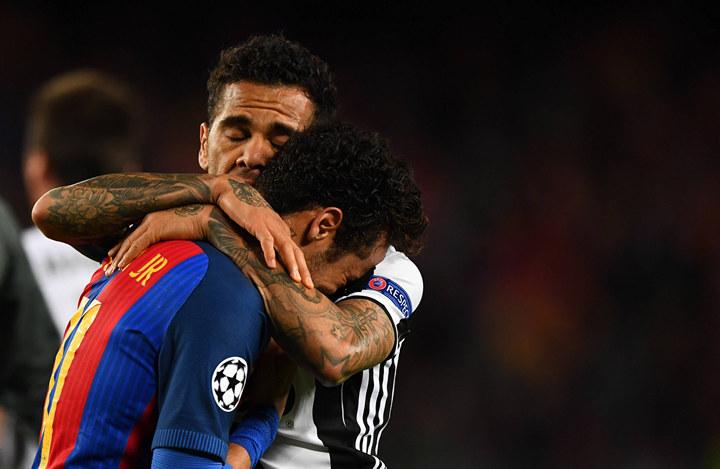 Bilder des Tages SPORT A devastated Neymar of FC Barcelona Barca is consoled by Daniel Alves of Ju
