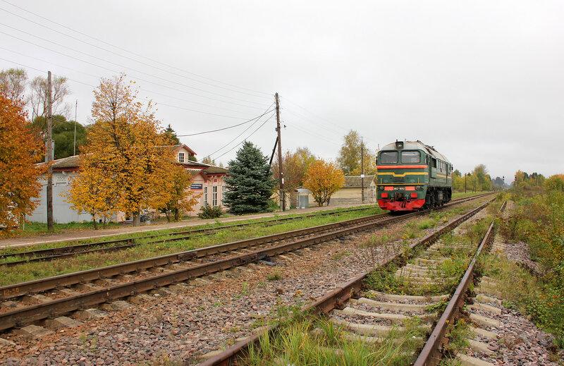 М62-1693 на станции Кесова гора, на фоне деревянного вокзала и платформы