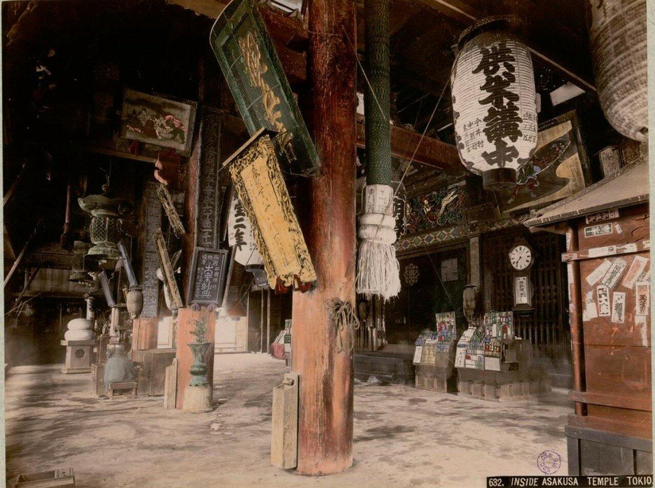 Токио. Квартал Асакуса. Внутри храма Сэнсо-дзи
