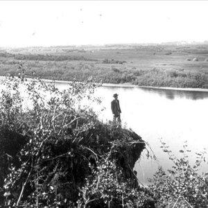 На обрыве у реки