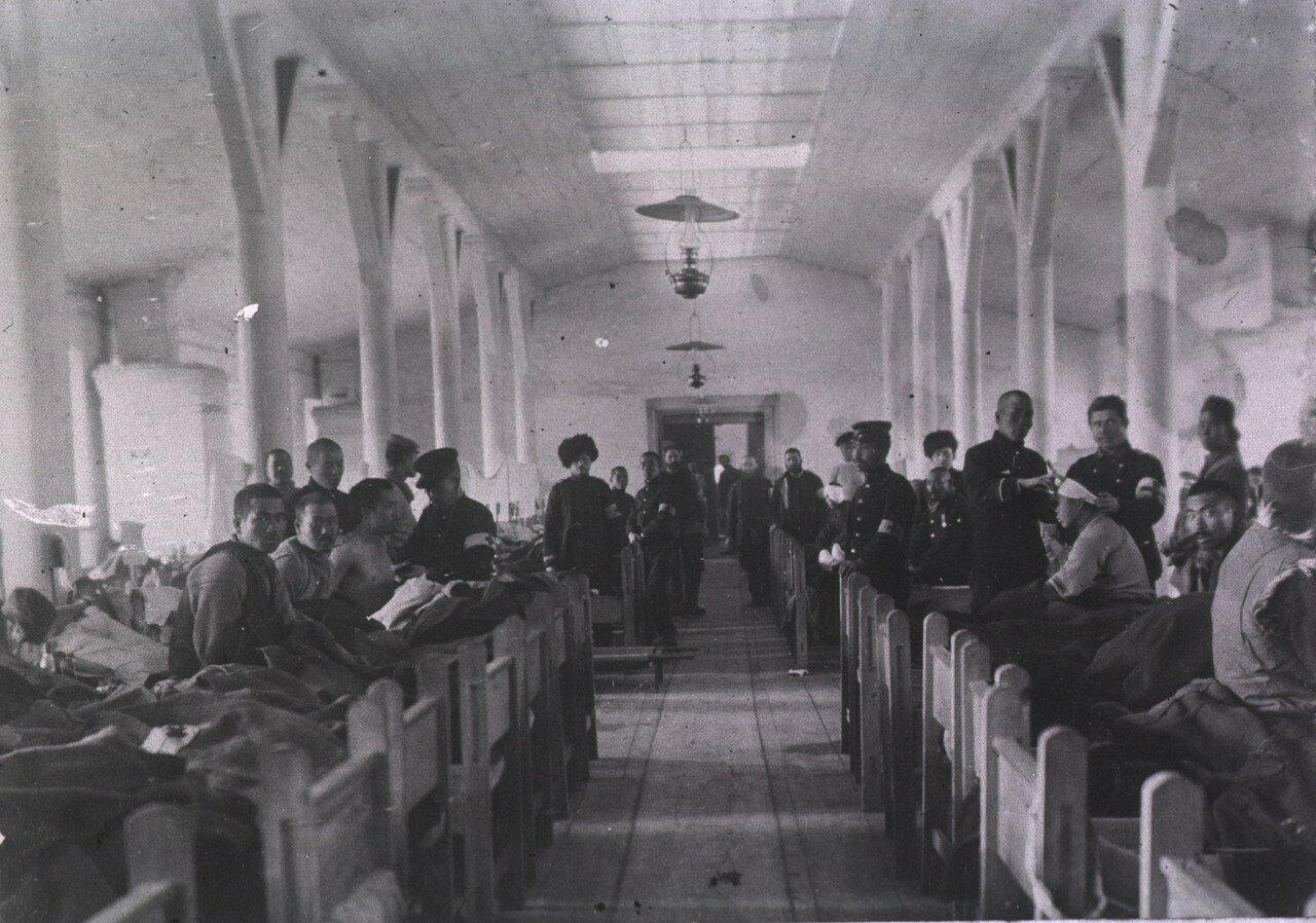 Вид пациентов и персонала  в палате Мукденского полевого госпиталя № 2 Красного Креста 5-й дивизии японской армии