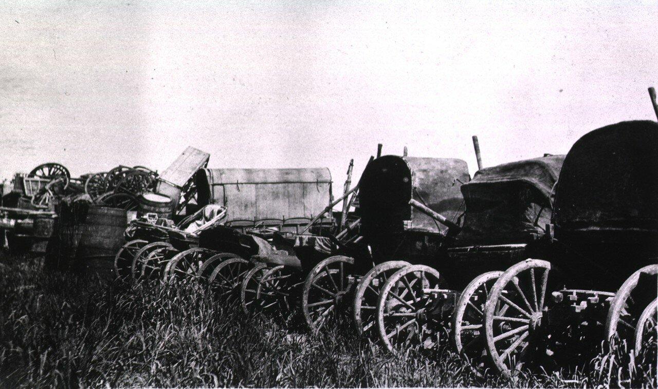 Свалка сломанных экипажей и телег