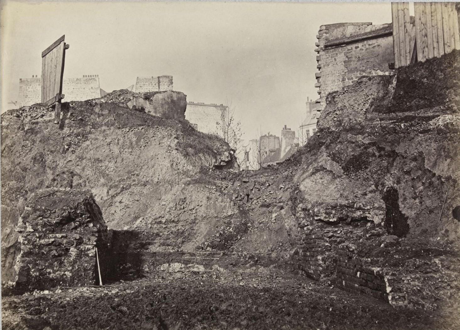 Остатки римской стены у северного входа