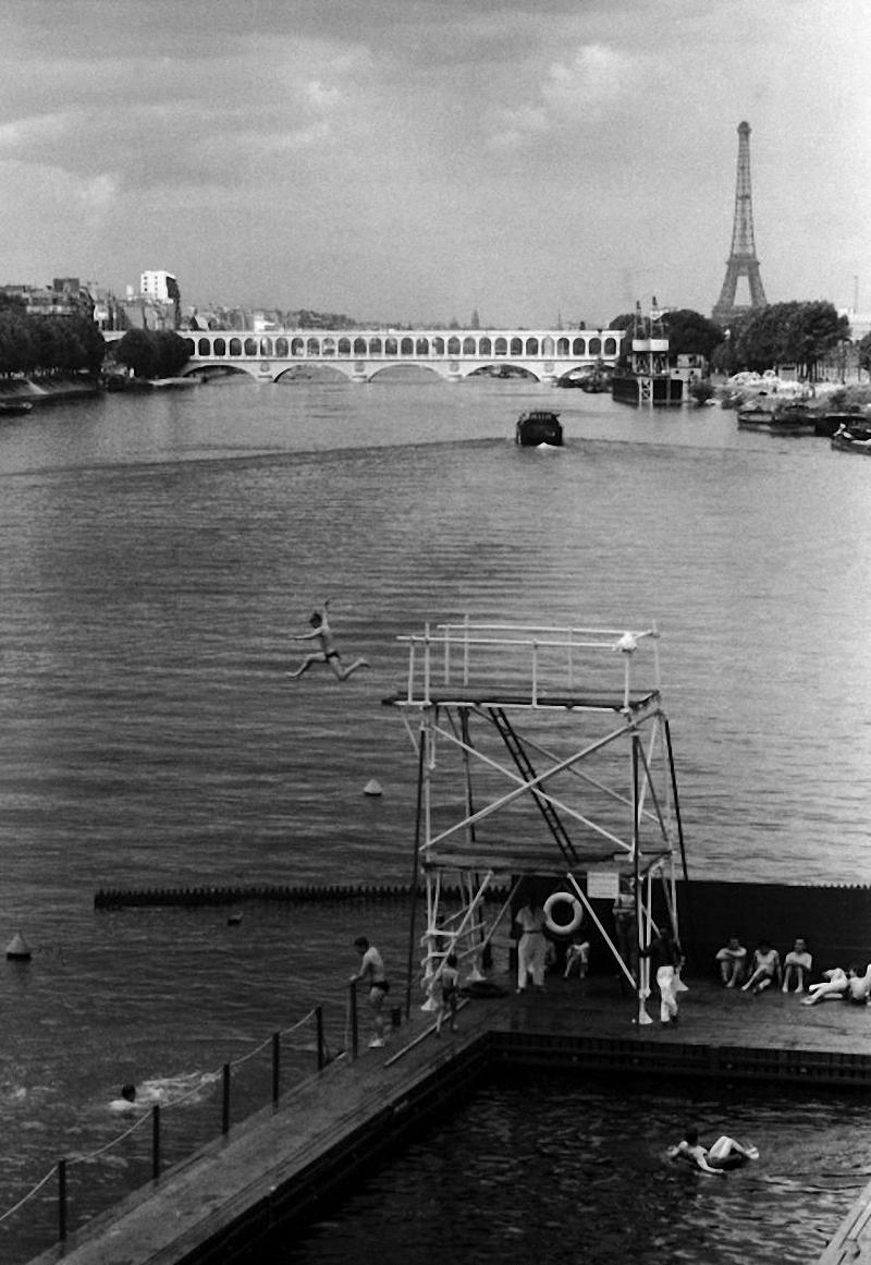 1957. Плавательный бассейн на берегу Сены