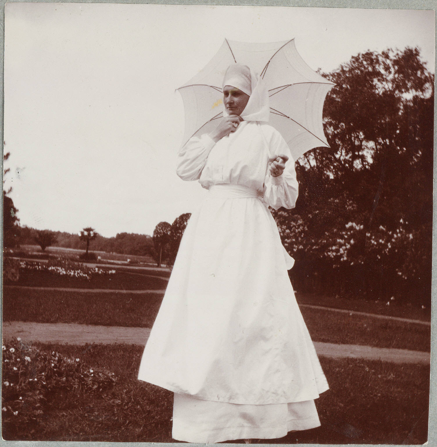 1907. Александра Фёдоровна в Нижней даче