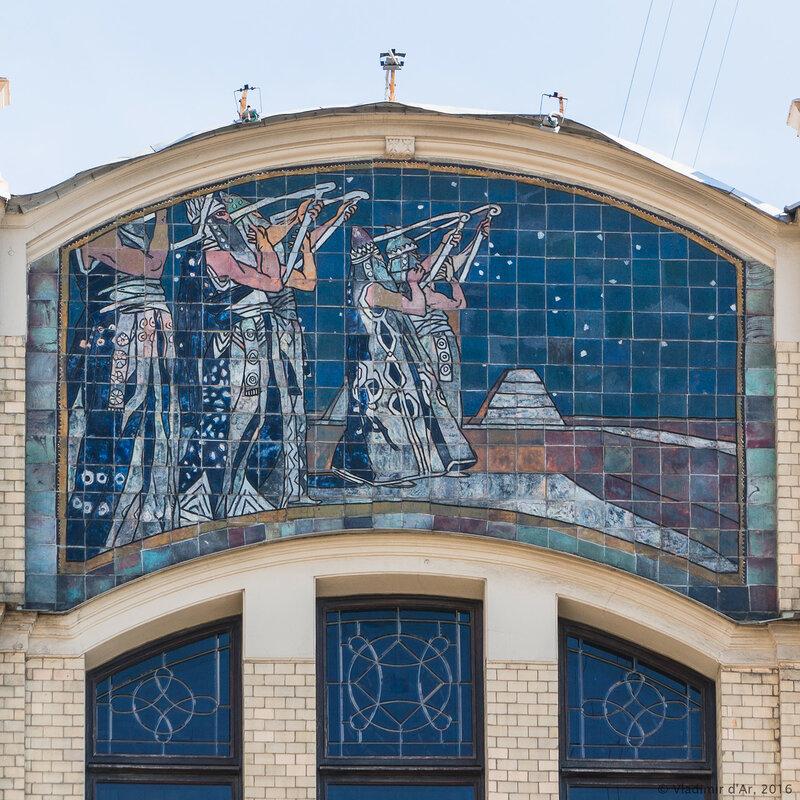 Майоликовое панно «Поклонение божеству» на фасаде гостиницы «Метрополь»