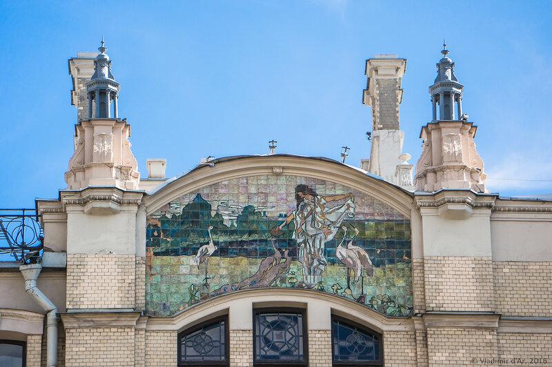 Майоликовое панно «Поклонение природе» на главном фасаде гостиницы «Метрополь»