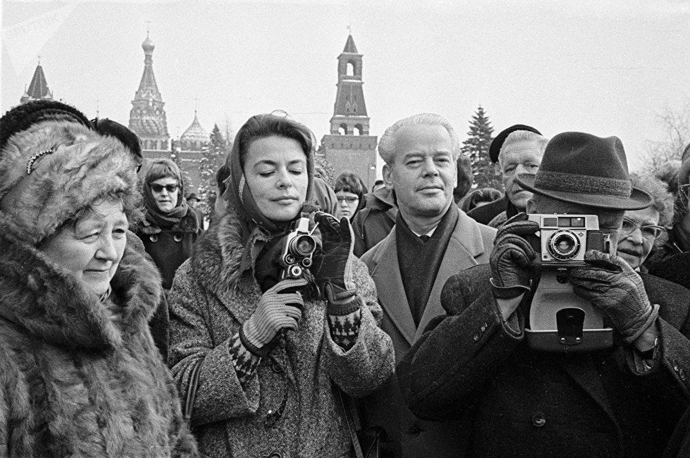 1964 Туристы из Дании фотографируют памятники Московского Кремля во время прогулки по Красной площади. Чепрунов, РИА.jpg