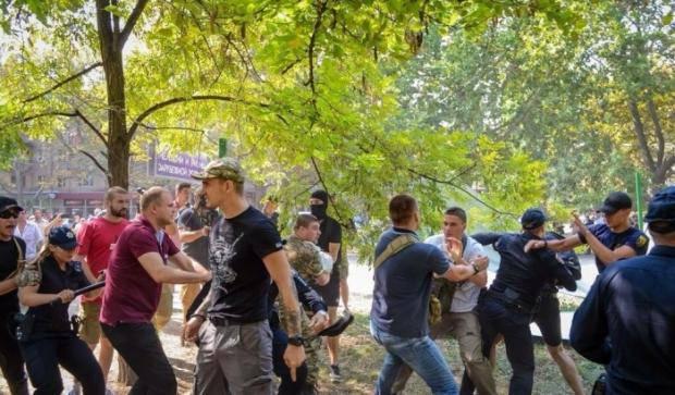 """Люди разбирали забор: Одесситы вместе с """"Азовом"""" подрались с полицией на скандальной застройке зеленой зоны"""