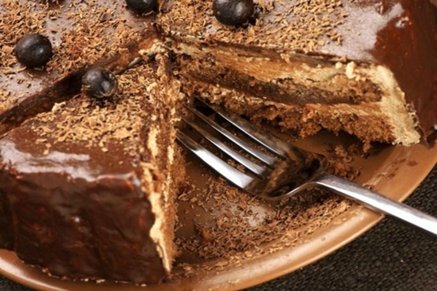 Шоколадно медовый торт с черносливом