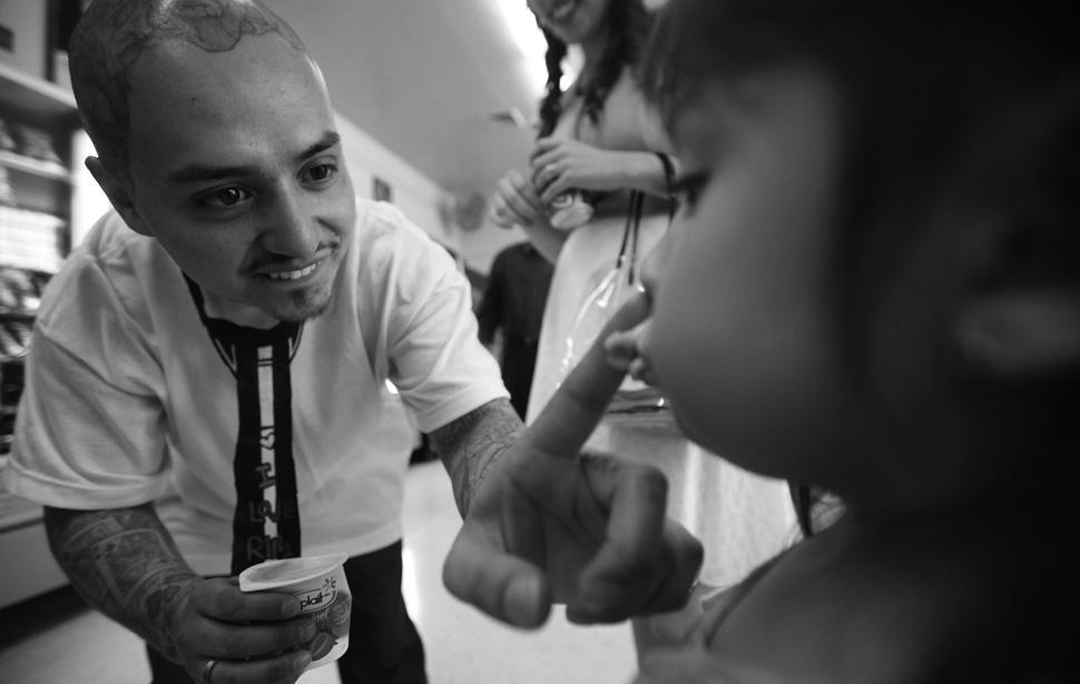 20. Фредди Гарсиа и его 3-х летняя дочь Бреаннна во время семейного визита после свадьбы в тюрьме. (