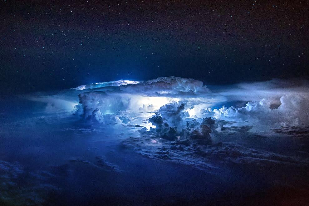 Если в облаке существует электрическое поле, достаточное для поддержания разряда, но недостаточ