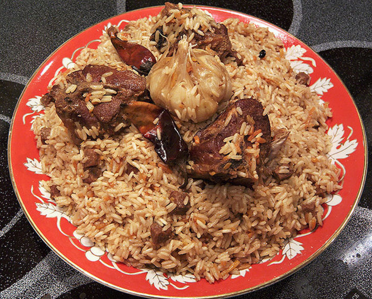 Плов — вкуснейшее сочетание риса, кусочков говядины, телятины или баранины, моркови, лука и особого