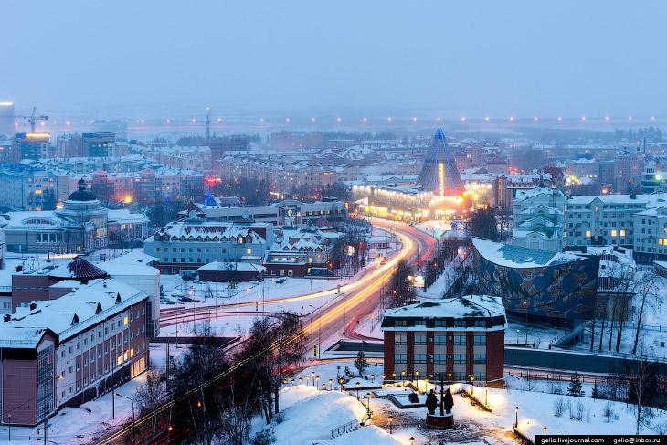 2. Ханты-Мансийск расположен в таёжной зоне на правом берегу реки Иртыш в 20 км от слияния с Обью, н