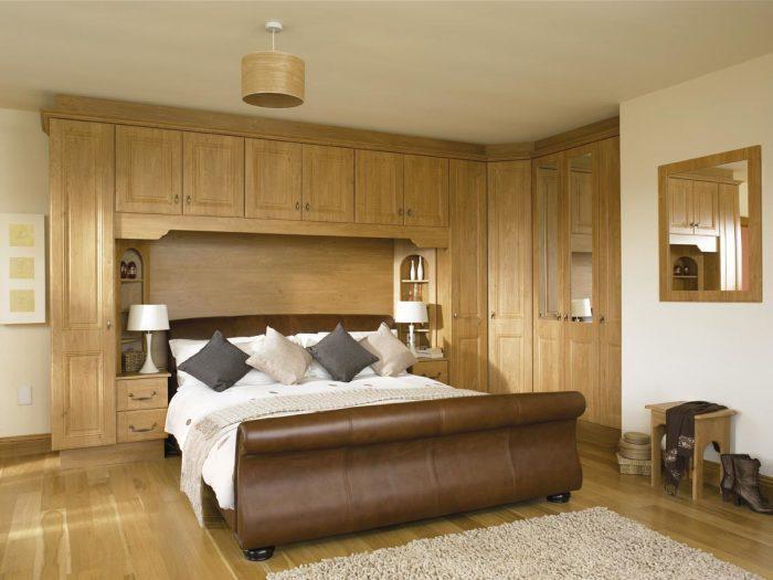 Спальная комната с роскошной деревянной отделкой. Классическая деревянная отделка тоже может выгляде