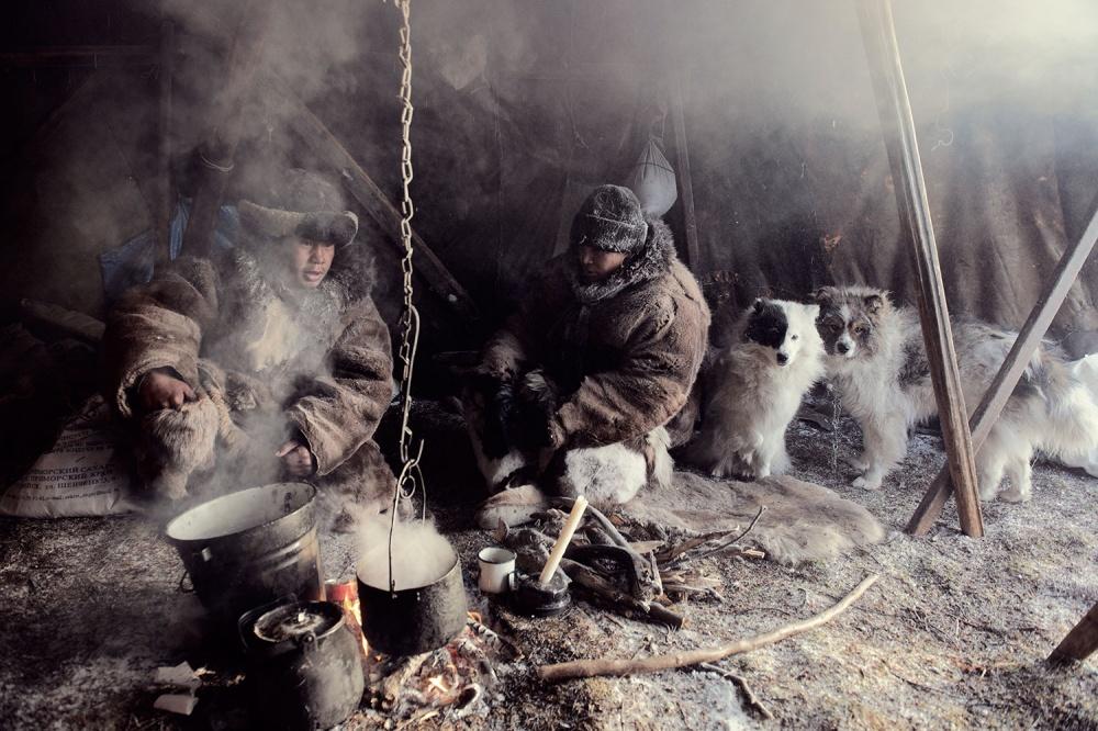 Чукчи живут засчет разведения северных оленей иохоты, женщины ведут быт изанимаются шитьем ивыши