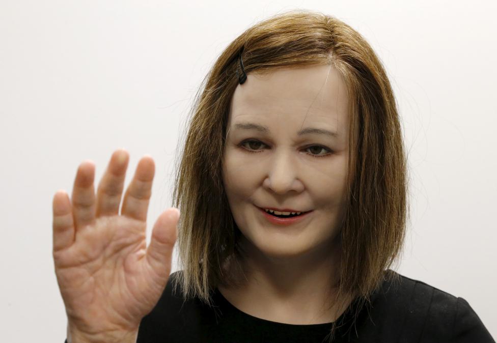 Женщина делает селфи с роботом Geminoid HI-2, внешне похожим на своего создателя, японского профессо