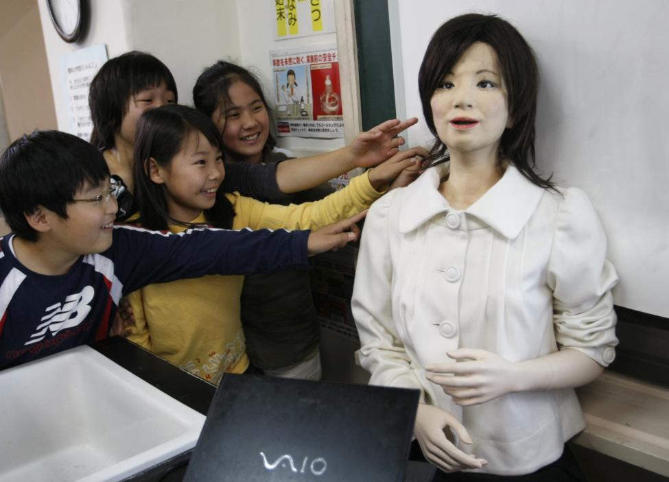 Гуманоидный робот HRP-4C в свадебном платье от японского дизайнера Yumi Katsura присутствует на прес