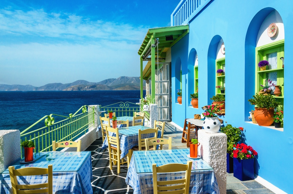 Сидеть втрадиционном для Греции кафе ипотягивать кофе сольдом, наслаждаясь запахами, звуками, вид