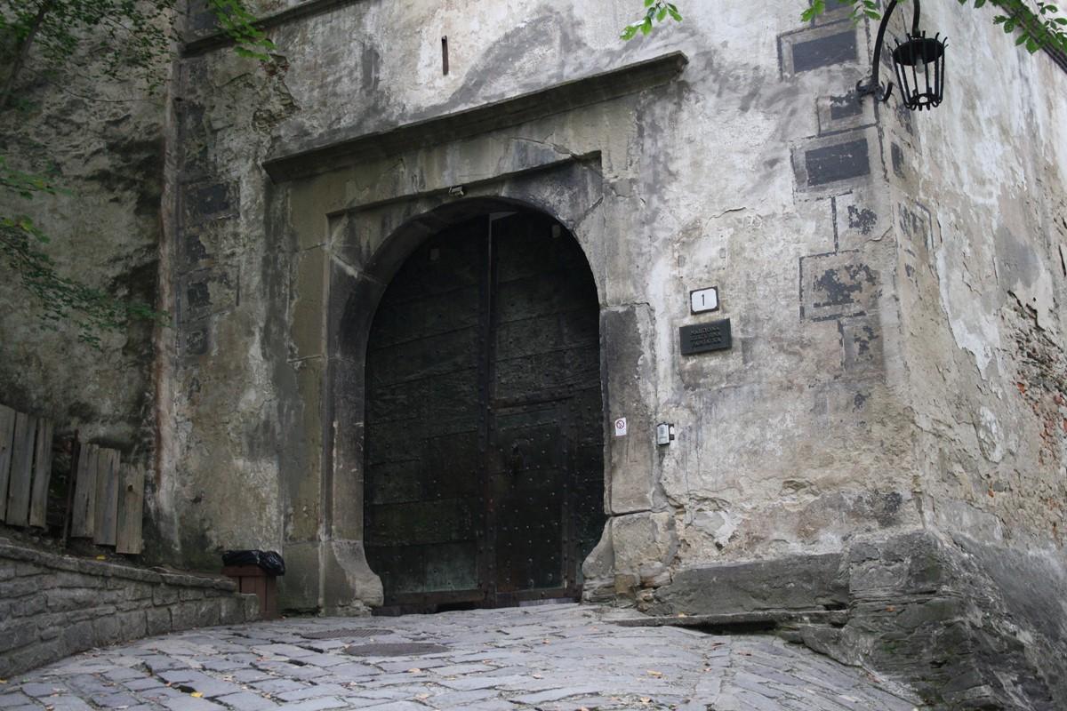 Наиболее значительные строительные работы были проведены в середине XVI в. семьей Гурзо. Они реконст